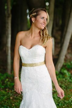 Missy's gold leaf clip from Nestina Accessories is perfect for the rustic-chic bride.