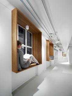 Sitz in Fensterlaibung, Bestand und Neu, Kontrast von Materialität