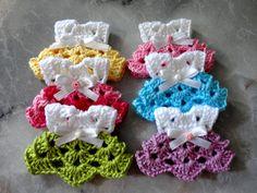 ----------Lembrancinha Mini Vestido de Crochê----------  ---------(Batizado, Aniversário, Chá de bebê, etc.)---------    Lembrancinha feita manualmente em crochê no formato de um mini vestidinho de bebê com detalhes de laço de cetim e flor de biscuit.  Encomende já o seu! Observe o prazo de confe...