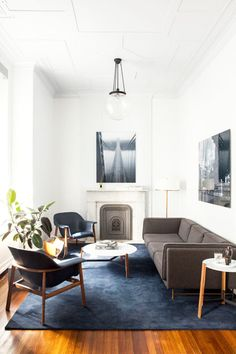 Get the secondhand furniture look at home, modern blue and white living room on @thouswellblog