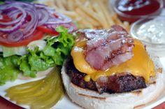 Sajtos-sonkás burger