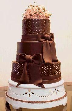 El chocolate cubre totalmente este pastel tan delicioso