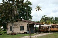 Vervallen treinstation Onverwacht, Suriname.