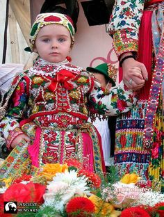Magyar népviselete - Tündérleányka viseletben - Magyarvista - Cifravidék - Kalotaszeg - Erdély fotó Artdelineo Beautiful Children, Beautiful Babies, Beautiful Outfits, Beautiful People, We Are The World, People Around The World, Culture Clothing, Native American Wisdom, Hungarian Embroidery