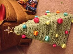 Make your own Christmas tree out of yarn, wire hangers and mini ornaments! DIY Christmas fun!