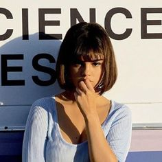 Selena Gomez releases a new video clip, but all we can look at is her nineties bob cut Selena Gomez Pony, Selena Gomez Short Hair, Selena Gomez Makeup, Retro Hairstyles, Short Bob Hairstyles, Hairstyles With Bangs, Haircuts, Short Hair With Bangs, Short Hair Cuts