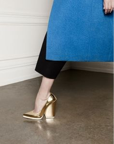 gold shoes with bold heel and perfect color blue trench coat from celine Celine, Style Bleu, Mode Style, Lund, Crazy Shoes, Me Too Shoes, Zalando Shoes, Lookbook, Beautiful Shoes