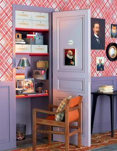 Un bureau aménagé dans un placard