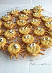 Ritz crackers, peanut butter, candy eyes and pretzels. Easy a… Fun school snacks. Ritz crackers, peanut butter, candy eyes and pretzels. Easy and yummy! You can also fill them with cream cheese if there are peanut allergies. Ritz Crackers, Holiday Treats, Halloween Treats, Halloween Fun, Healthy Halloween, Haloween Snacks, Halloween Dinner, Toddler Halloween, Halloween Spider