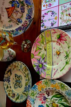 Magia Pura designs Painted Plates, Hand Painted Ceramics, China Painting, Tole Painting, Bright Colors, Colours, Cake Plates, Ceramic Art, Tea Pots