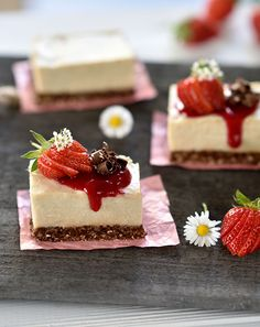 No-Bake Cheesecake mit Schoko-Knusperboden und roten Beeren - B.B.'s Bakery Vegan Cheesecake, No Bake Cheesecake, Panna Cotta, Dessert, Baking, Ethnic Recipes, Food, Red Berries, Vegan Lifestyle