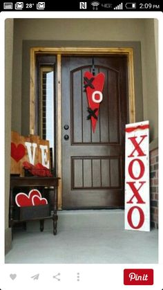 Unique Valentines door hanger designs Valentines door hanger designs Corner: DIY XO door hangerCupid's Corner: DIY XO door hanger Here is what you need: Cardboard 'X' and 'O' (available in most craft stores) Valentines Day Decorations, Valentine Day Crafts, Love Valentines, Valentine Ideas, Valentine Wreath, Valentines Day Decor Outdoor, Valentine Makeup, Saint Valentine, Saint Valentin Diy