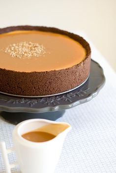 cheesecake-vanille-chocolat-caramel-beurre-salé *make this now. Cheesecake Vanille, New York Cheesecake Rezept, Cheesecake Recipes, Caramel Cheesecake, Chocolate Cheesecake, No Cook Desserts, Delicious Desserts, Dessert Recipes, Yummy Food