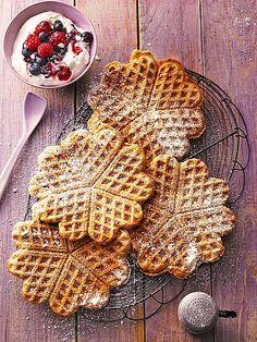 ZUCKERFREIE WAFFELN 100 g Butter 80 g Honig, Vanille, Zimt 2 Ei(er) 100 g Buchweizenmehl 100 g Weizenmehl 1 TL Backpulver 150 ml Milch