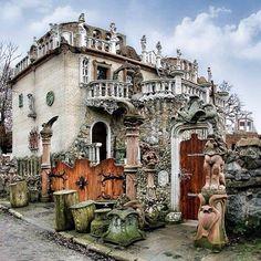 uamodna 2 мес. назад Так, це Україна  Химерний Замок Голованя у місті Луцьк! #uamodna #ukraine #ukrainians #ukrainianstyle #architecture #ukrainianarchitecture #eclecticism #lutsk #house #wierdhouse #chimeras #holovan #ukrainianarchitects #sculptures