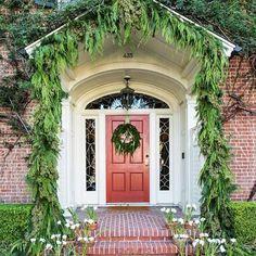 Loving designer @suzannerheinstein's super-festive entrance to her trad So Cal…