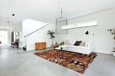 villa en suecia suelo de micro cemento muebles de diseño marrón y gris en decoración madera estilo nórdico Estilo minimalista estilo escandi...