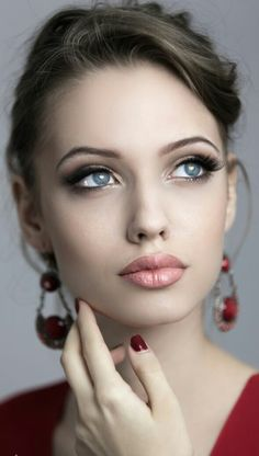 Le Soleil ☀ Rostros Bellos This beautiful model is Angelina Jolie's doppelganger Most Beautiful Faces, Beautiful Eyes, Simply Beautiful, Beautiful Nurse, Beautiful Pictures, Girl Face, Woman Face, Pretty Eyes, Interesting Faces