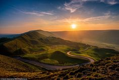 Glorious green hills: This shot of the sunset on top of Mam Tor was taken in the Peak District, Derbyshire Uk Landscapes, Beautiful Landscapes, Beautiful Scenery, Landscape Photography, Nature Photography, Photography Blogs, Twitter, Country Walk, British Countryside