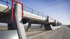De kilometerslange hoogwatergeul langs de IJssel moet overstromingen in het gebied voorkomen. Vandaag wordt de geul officieel geopend.