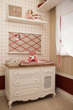 quarto de menina bege e vermelho