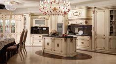 Cucina di lusso con isola, in toulipier laccato, con top in marmo e decori in oro antico.