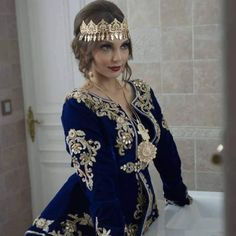 L'image contient peut-être: 1 personne, debout Morrocan Wedding Dress, Moroccan Bride, Blue Wedding Dresses, Traditional Fashion, Traditional Looks, Traditional Dresses, Moroccan Kaftan Dress, Caftan Dress, Afghan Clothes