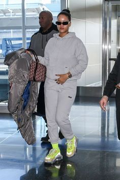 Rihanna Keeps It Comfy While Heading Out of New York City After Celebrating Her Birthday!: Photo Rihanna is rocking some comfy fashion ahead of a flight! The newly pop icon, who recently celebrated her birthday with a huge bash, was spotted heading… Rihanna Outfits, Tomboy Outfits, Chill Outfits, Mode Outfits, Trendy Outfits, Fashion Outfits, Moda Rihanna, Rihanna Mode, Rihanna Style