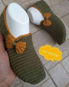 ayırlı akÅŸamlar 🙋 Müşteri isteÄŸi üzerine erkek patik modelini bir fiyonkla bayan ÅŸeklinde yaptım 😄eÅŸlere kombin de yapılabilir 🌹bence – Redes Sociales Crochet Slipper Boots, Crochet Sandals, Knitted Slippers, Crochet Shoes, Crochet Clothes, Knit Crochet, Baby Knitting Patterns, Crochet Patterns, Crochet Slipper Pattern
