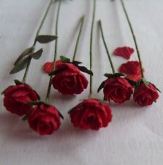 How to: Miniature roses. Miniature Plants, Miniature Fairy Gardens, Miniature Dolls, Little Flowers, Diy Flowers, Paper Flowers, My Doll House, Doll Houses, Dollhouse Tutorials
