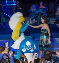 Katy Perry y Pitufina ¡chocan esos cinco! en la fiesta de Los Pitufos de Summer Of Sony 2013 en Cancún, México