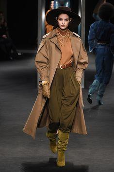 The complete Alberta Ferretti Fall 2018 Ready-to-Wear fashion show now on Vogue Runway. Fashion Week 2018, Milano Fashion Week, Alberta Ferretti, Vogue, Camille Hurel, Look 2018, Moda Boho, Fashion Show Collection, Womens Fashion For Work