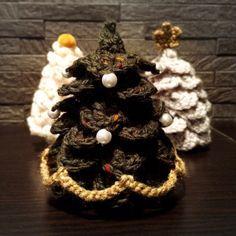 手のひらサイズのクリスマスツリー 2015の作り方|編み物|編み物・手芸・ソーイング|ハンドメイド・手芸レシピならアトリエ Crochet Christmas Trees, Christmas Time, Xmas, Crochet Toys, Knit Crochet, Handmade Ornaments, Handicraft, Winter, Diy And Crafts