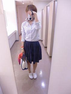 一段と暖かくなった今日は、スカートに素足でナチュラルに。  シャツはラルフローレン、スカートはMUJI。