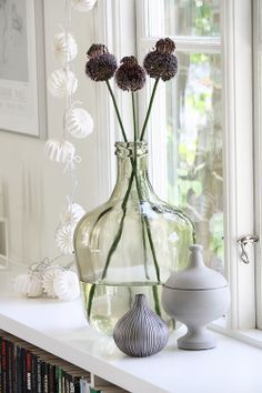 An oversized vase for long-stemmed flowers Decorating Your Home, Interior Decorating, Window Sill Decor, Objet Deco Design, Vase Deco, Scandinavian Interior, Beautiful Interiors, Home And Living, Interior Styling