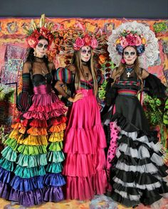 One way people celebrate Día de los Muertos or Day of the Dead is through costumes. Check out the best skull-inspired ones here. Halloween Makeup Looks, Halloween Make Up, Halloween Party, Costume Catrina, Fantasias Halloween, Sari Dress, Halloween Disfraces, Day Of The Dead, Costume Dress