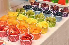 Creativas ideas para presentar frutas en tu mesa de postres o buffet. Corta las frutas en distintas formas y preséntalas de manera atractiva, ya sea en charolas, vasos transparentes, brochetas o simplemente picadas y colocadas en grandes recipientes de cristal. Toma en cuenta que la fruta suele estropearse rápidamente, sobre todo en climas cálidos, por …