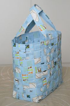 A bag made out of coffee bags Diy Projects To Try, Sewing Projects, Diy And Crafts, Paper Crafts, Candy Wrappers, Coffee Branding, Craft Bags, Coffee Pods, Candy Bags
