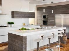 come arredare una cucina bianca lucida e legno