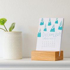 Embellir votre bureau l'année prochaine avec notre calendrier de bureau 2017 ! Ce calendrier a lettrage personnalisé et illustrations par moulinet Print Shop, avec un design unique pour chaque mois. Fait un excellent cadeau de Noël ou cadeau pour le bureau. Ce calendrier est livré avec un stand de fabrication artisanale chêne rouge, créé par magasin basé à Cincinnati heureux Bungalow (etsy.com/shop/HappyBungalow). CALENDRIER DE 12 MOIS AVEC SOCLE EN BOIS ---le calendrier--- papi...