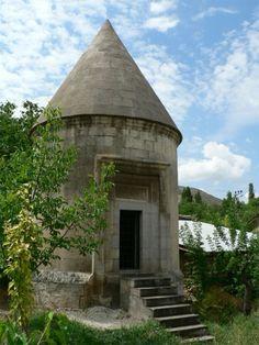 Tugay Hatun Kümbeti (Kemah)Erzincan Kemah İlçesi Çarşı Mahallesi'nde Gülabi Bey Camisi'nin 100 m. kadar güney batısında özel bir kişinin mülkiyetindeki bahçe içerisindedir. Tugay Hatun, Hüdabende Mehmet'in eşidir. Sultan Mehmet Harbende'nin Kemah'a ne zaman ve niçin geldiği ve karısı Tugay Hatun'un Kemah'a niçin geldiğine ve burada ne kadar yaşadığına dair hiç bir kayıt yoktur Tugay Hatun Kümbeti'nin XIII.yüzyılda Mengücek Beyliği Döneminde yapıldığı sanılmaktadır.