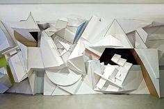 Le volume des sculptures du plasticien allemand Florian Baudrexel est si important qu'elles semblent nous tomber dessus lorsqu'on s'en...