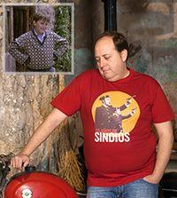 Juan Ángel Martínez, el niño deprimido en Amanece, que no es poco, con la camiseta 25 Aniversario de chico roja posa junto a una moto en la taberna.