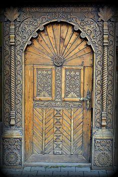 1985. Linda porta de madeira entalhada.