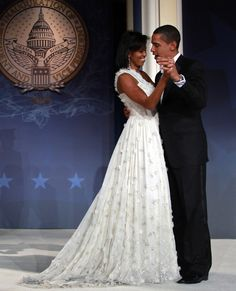 Eight years ago, Michelle Obama wore a one-shoulder Jason Wu gown to President Barack Obama's inauguration. For her husband's farewell address, Michelle again Michelle Obama Fashion, Michelle And Barack Obama, Jason Wu, Durham, Barack Obama Family, First Black President, Estilo Real, Black Presidents, Pin Up