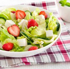 Pourquoi attendre le dessert pour manger des #fraises ? Invitez-les à vos #barbecues en les ajoutant à vos #salades ! De la fêta, du #concombre et de la #laitue #Bonduelle, c'est tout ce dont vous avez besoin ! #SurprenezVous #Recette Barbecue, Fruit Salad, Dessert, Studio, Party, Skewers, Grilling, Strawberries, Cucumber