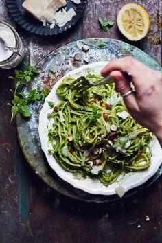 pasta, spaghetti, green, healthy, food, photography, styling, foodblog, avocado, spinat, pesto, haselnüsse, parmesan, zitrone, greenery, eat green, veggie, lecker, kochen, rezept
