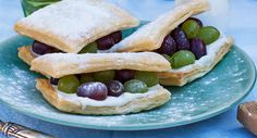 Tompoes met Bettine geitenkaas en druiven Millefeuille with Bettine goat's cheese and red and white grapes www.bettine.nl