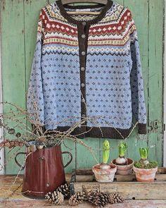"""Må jo bare vise min nye kofte , strikket av verdens beste svigermor Fargene er inspirert av høsten.. Med bunnfarge i """"høsthimmelen"""" omkranset av høstens blader i brunorange , lysebrunt, brunt og okergul/grønn... Et lite kunstnerisk strikkeplagg dette.. Sett med mine øyneKofta heter """"Nordkapp"""".. Brun emalje og trekasse fra @c.i.a_cederbergs_interiors #strikket #kofte"""