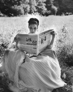 Ava Gardner looks perfectly divine in polka dots! (We won't ask why she's reading the newspaper in the middle of a field, because when you're Ava Gardner, you do whatever the hell you want. Ava Gardner, People Reading, Woman Reading, Vintage Hollywood, Classic Hollywood, Hollywood Glamour, Hollywood Stars, Hollywood Girls, 50s Vintage
